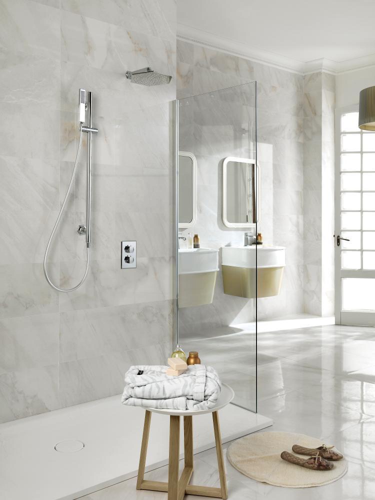 Ванная комната с бесшовной плиткой